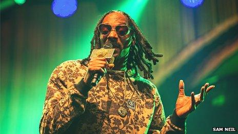 Snoop Dogg played in the rain on Saturday night