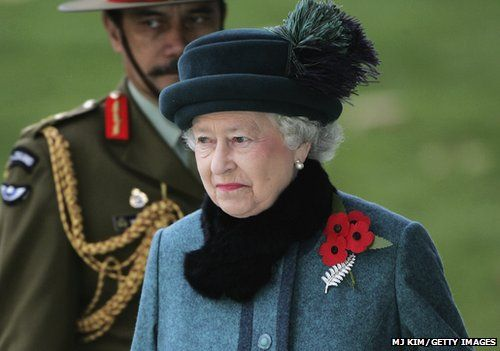 Remembrance poppy controversies and how to wear it bbc newsbeat the queen wearing her poppy mightylinksfo