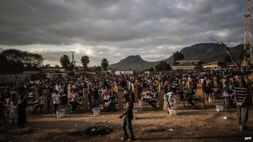 Hundreds of residents from the Ndirande township queue to vote in Blantyre, Malawi, 21 May 2014