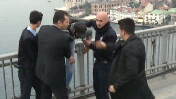 بالفيديو.. إنقاذ أردوغان لشاب منتحر.. حقيقي أم مدبر؟ 1 26/12/2015 - 1:22 م