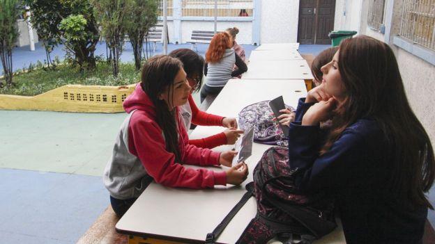 Meninas conversam em escola pública