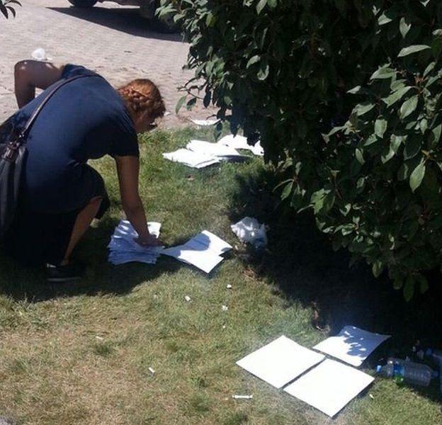 Öğrenciler yerlerdeki kağıt tomarları içinde kendi belgelerini aradı.