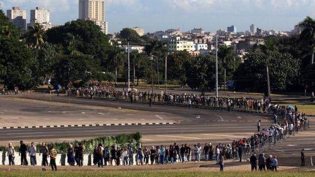 Fila de personas para despedir a Fidel Castro.