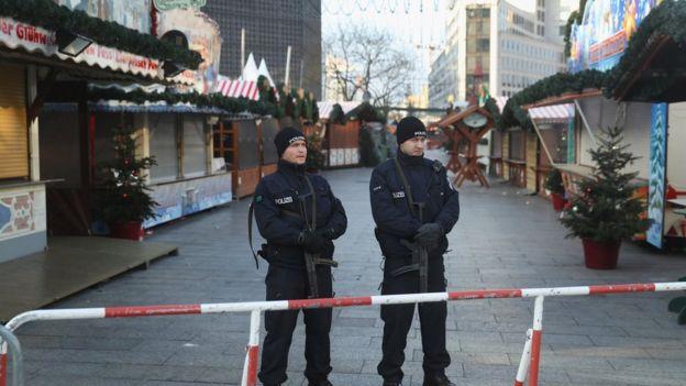 Policía alemana custodia las calles de Berlín, en un lugar cerca del ataque