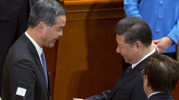 梁振英當選後和中國國家主席習近平握手。