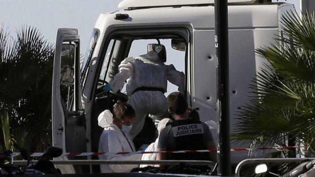 La policía retiró del camión documentación y armas.