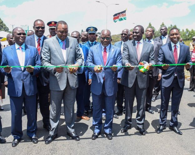 Rais Kenyatta na Rais Magufuli wakikata utepe wa kuzindua barabara hiyo