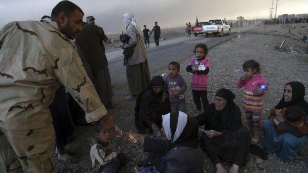 Mujeres y niños que huyeron de Mosul.