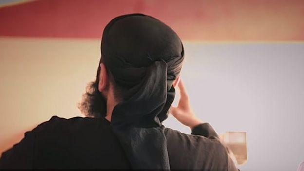 Captura de un video de Abu Walaa, que aparece de espaldas a la cámara