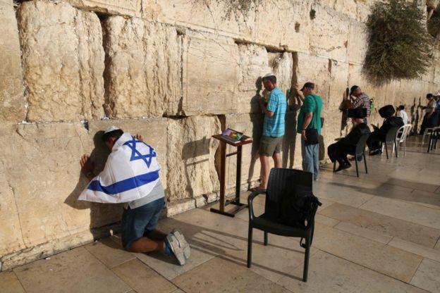 El muro es considerado un lugar sagrado por los judíos.