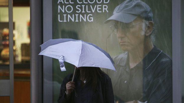 дівчина з парасолея на зупинці