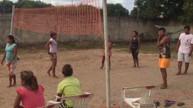 Jóvenes jugando voleibol