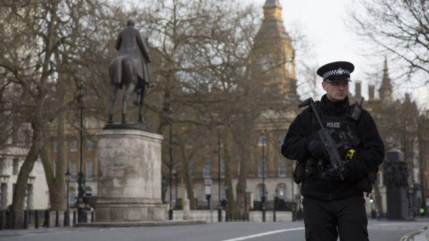 Saldırının ardından polis parlamento binasına giden yolları kapadı.