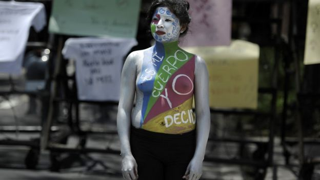 Mujer en protesta en El Salvador