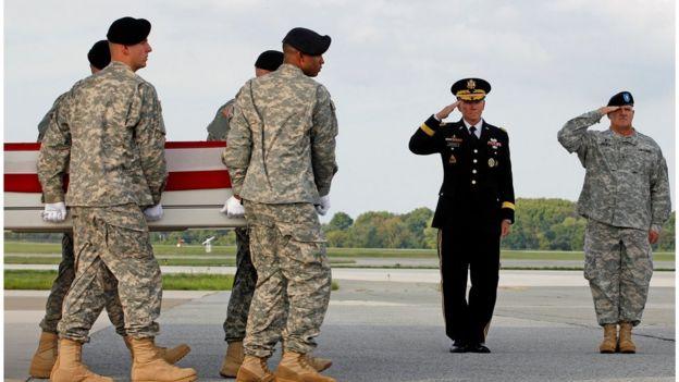 Militares carregam caixão de companheiro morto no Afeganistão