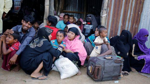 Arakanlı Müslümanlar devletin 'etnik temizlik' yaptığını öne sürüyor. Hükümet ise militanlara operasyon düzenlediğini belirtiyor.
