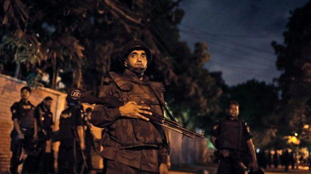 Funcionarios de seguridad de Bangladesh.