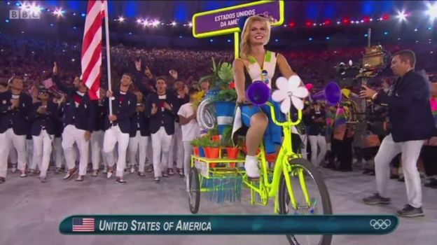 Wanariadha wa Marekani wakiingia uwanjani.Muogeleaji Michael Phelps ndio mbeba bendera wao