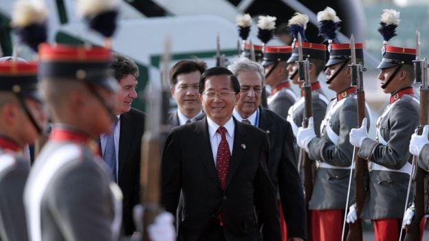 2008年1月,台灣總統陳水扁抵達危地馬拉訪問,凖備出席當選總統就職儀式。圖為陳水扁抵達機場時檢閲儀仗隊。