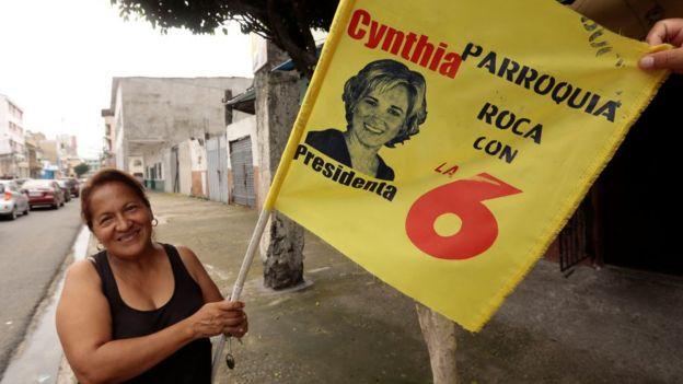 Mujer sosteniendo pancarta de Viteri