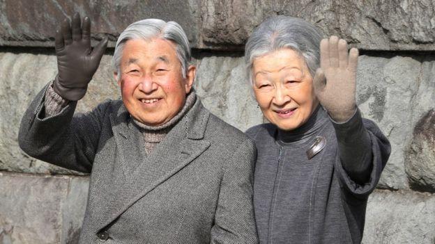 El emperador Akihito y la emperatriz Michiko saludan al público durante una caminata en Hayama, cerca de Tokio
