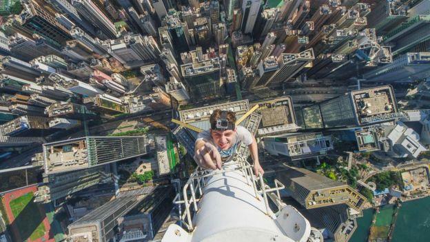 Kirill Vselensky climbing a tall skyscraper