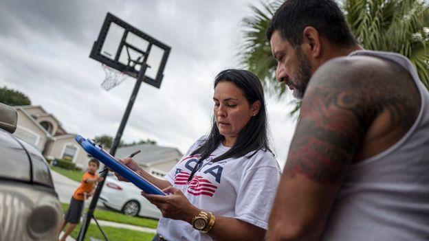 Soraya Marquez, coordinadora estatal de Mi Familia Vota en un vecindario puertorriqueño