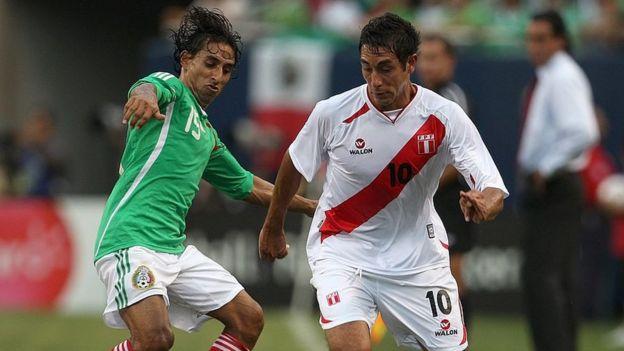 Partido de fútbol entre México y Perú