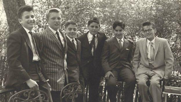 Trump (segundo à esquerda) em no Bar Mitzvah em um amigo, em 1959,