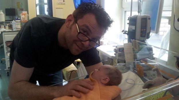 Ben Ryan con su hijo Sol en el hospital