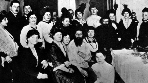 Rasputín (centro) con admiradores