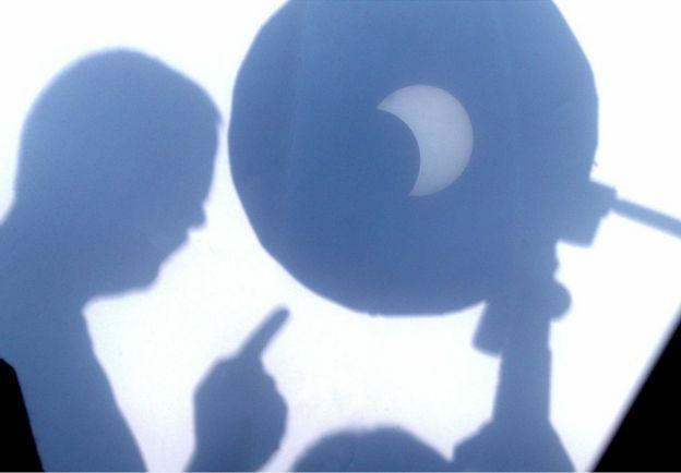 Un eclipse anular visto desde un telescopio y reflejado sobre un papel blanco en Kosice, Eslovaquia, el 3 de octubre de 2005.