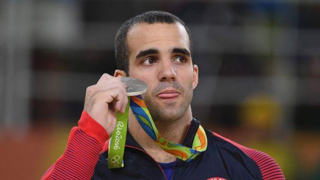 Danell Leyva sostiene su medalla de plata en los juegos de Río
