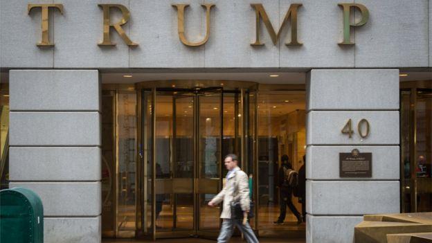Torre de Trump, con su nombre sobre la puerta.
