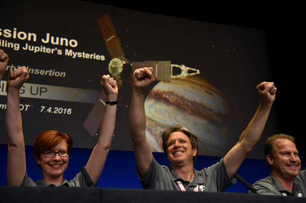 Diane Brown y su equipo celebrando el éxito de la misión