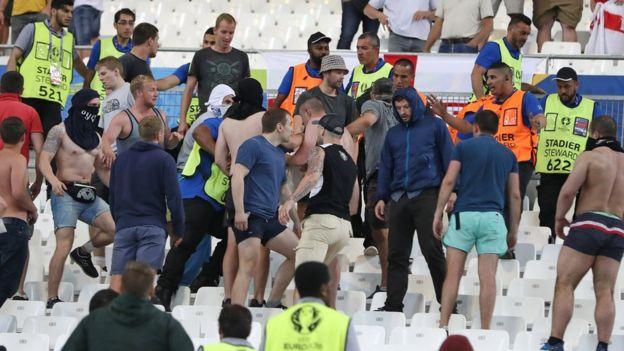 Choques de aficionados en partido entre Inglaterra y Rusia