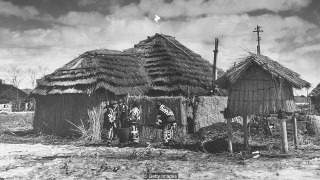 Trước khi hoàng đế Minh Trị quyết định đưa dân đến đảo, người dân duy nhất sống ở Hokkaido là người bản xứ Ainu.
