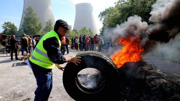 Workers create blockage outside a nuclear power plant in Nogent-sur-Marne on 26 May 2016