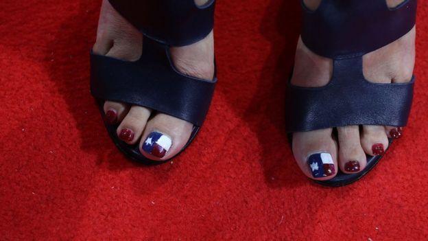Mujer con las uñas pintadas con la bandera de Texas.