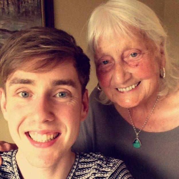 Estos son Ben John y May Ashworth una tierna y educada abuelita de 85 años.