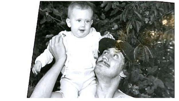 A Michael Stepien lo mataron en 2006, a los 53 años (en la imagen, con su hija Jeni Stepien en brazos).