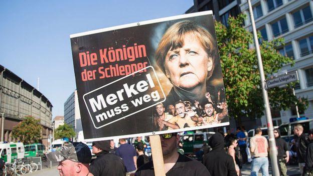 Un manifestante sostiene un cartel que dice