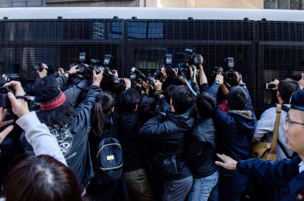 區域法院法官杜大衛判刑時表示,由於控罪嚴重,不能判緩刑,全部被判入獄兩年。