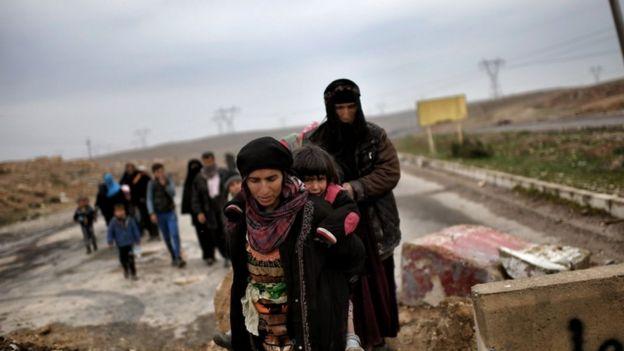 مدنيون يتجهون إلى مراكز إيواء النازحين بعدما هربوا من المناطق التي يسيطر عليها تنظيم الدولة