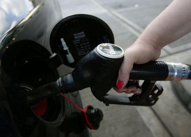 Mujer pone gasoil a su auto de motor diésel.