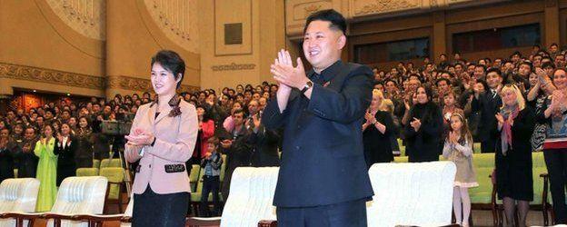 Kim Jong un junto a su esposa Ri Sol-ju.