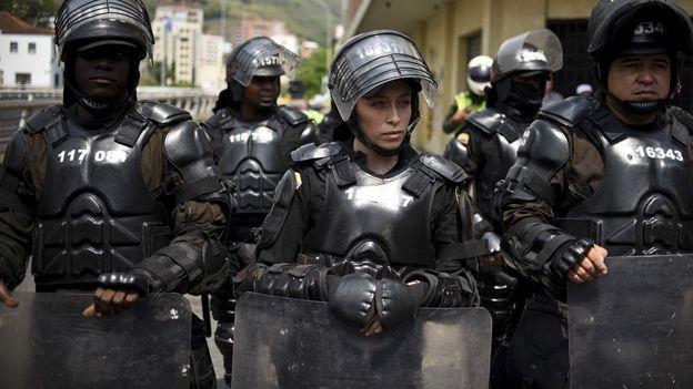 Mujer policía antidisturbios en Colombia.