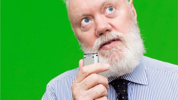 Hombre usando una grabadora de voz.
