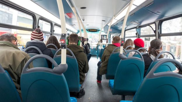 Pasajeros en un autobús de Londres
