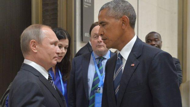 El presidente ruso Vladimir Putin (izquierda) habla con el presidente estadounidense, Barack Obama